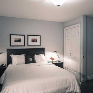 room-deluxeQueenSuite-chad25